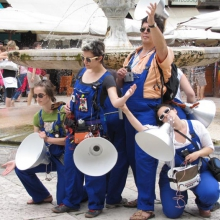 Caroline Profanter, Una Steiner, Igor Lintz-Maues, Lale Rodgarkia-Dara, (nicht zu sehen: Anna Steiden, Tamara Wilhelm) als Sound Workers in der Altstadt von Verona