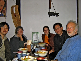 "Hildegard Westerkamp, Gabriele Proy, Tadahiko Imada und Murray Schafer bei der WFAE Konferenz ""The West Meets the East in Acoustic Ecology"" in Japan 2006."